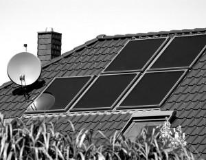 Solarthermie_Kollektoren_ThinkstockPhotos-144284314_Hausbesitzer_150dpi_696x540px_sw